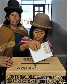 Women voting in Tiahuanako (10/08/08)