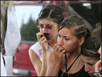 Un grupo de mujeres en Georgia examina una lista de víctimas en Gori