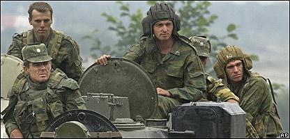 Soldados rusos sobre un tanque en la vía hacia Osetia del Sur (10/10/08)