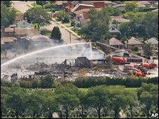 Firefighters dampen the remains of a propane storage facility in Toronto, Canada (11/08/2008)
