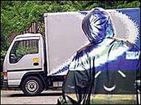 """Una ilustración de una persona usando una """"manta de invisibilidad""""."""