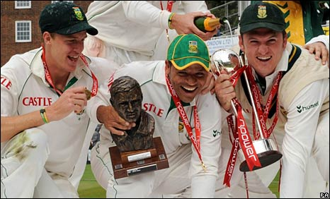 Morne Morkel, Ashwell Prince and Graeme Smith celebrate after South Africa's Test series win against England