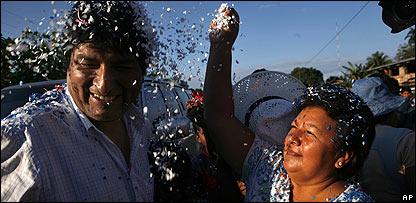 Una mujer recibe con el tradicional papel picado al presidente Evo Morales