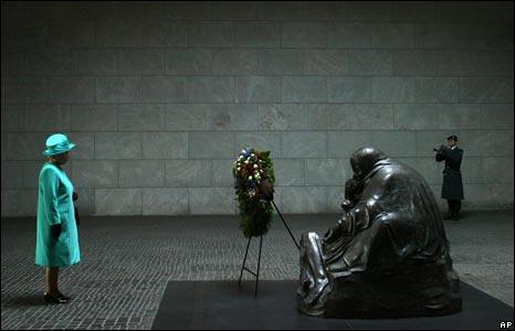 The Queen at the Neue Wache memorial