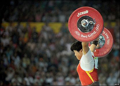 Liu Chunhong completes a lift