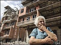 Грузинская женщина на фоне своего разрушенного дома в Гори