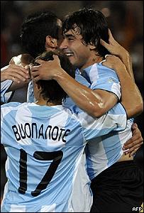 Ezequiel Lavezzi celebra junto a sus compañeros.