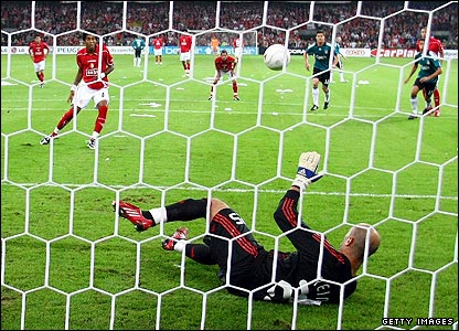 Standard's Dante Bonfim's penalty is saved