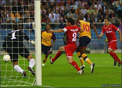Arsenal eventually break the deadlock as William Gallas bundles the ball over the line