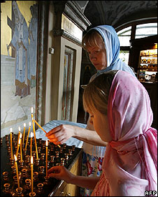 Russians in a Moscow church light candles for those killed in South Ossetia on 13 August