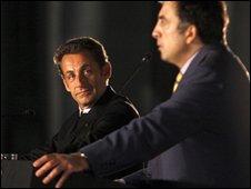 Nicolas Sarkozy (l) and Georgian President Mikhail Saakashivili