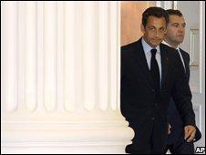 Nicolas Sarkozy (l) and Russian President Dmitry Medvedev