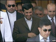 Iranian President Mahmud Ahmadinejad (C) arrives at Ataturk Airport, in Istanbul (14/08/2008)