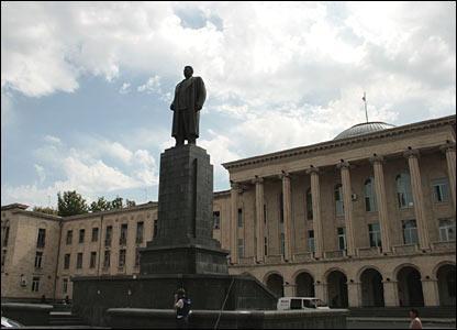 В Гори родился Сталин; памятник на центральной площади цел и невредим
