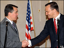 John Rood (left) shakes hands with Radoslaw Sikorski (14 August 2008)
