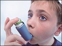 طفل يستنشق دواء للربو