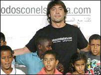 Javier Bardem con niños del Sahara Occidental