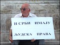 """На плакате написано: """"У сербов тоже есть права человека"""""""