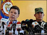 Ministro de Defensa de Colombia, Juan Manuel Santos y comandante de la Fuerza Militar, Gen. Freddy Padilla