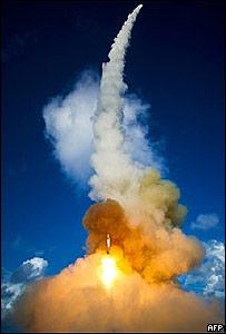 Dos misiles interceptores son lanzados desde un crucero misilístico estadounidense