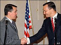 Negociador de EE.UU., John Rood, estrecha las manos con el canciller polaco, Radoslaw Sikorski