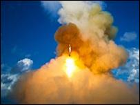 Misil interceptor es lanzado desde un crucero estadounidense