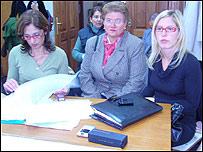 Emilia Colman (centro) con sus abogadas. Foto: La Voz de Young