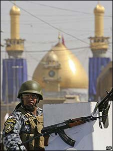 An Iraqi policeman in front of the Shrine of Imam Abbas in Karbala (15/08/08)