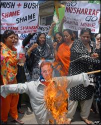 Портрет Первеза Мушаррафа в огне