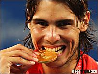 Rafael Nadal muerde la medalla de oro que obtuvo en Pekín