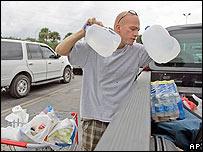 Residente de los cayos se aprovisiona de agua el 17 de agosto