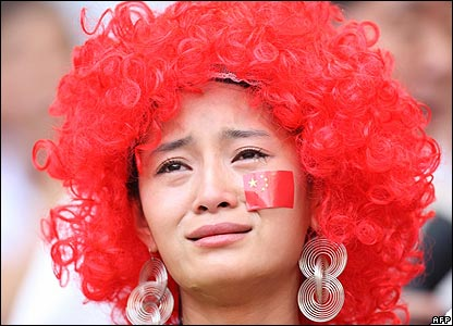 A Chinese fan cries after Liu's withdrawal