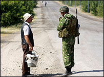 مدني جورجي يتحدث إلى جندي روسي قرب جوري