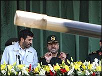 El presidente de Irán, Mahmoud Ahmadinejad (izq.), en un desfile militar, septiembre 2007