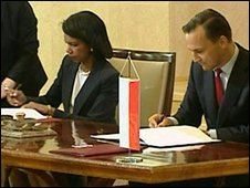 US Secretary of State Condoleezza Rice (L) and Polish Foreign Minister Radoslaw Sikorski sign the US missile defence agreement in Warsaw, Poland, 20 August 2008