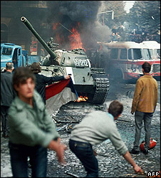 Czechs attack Soviet tank, 25 Aug 1968