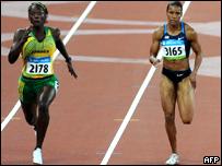 Sherone Simpson, de Jamaica  (izq.) y Torri Edwards, de EE.UU. durante la final femenil de 100 metros