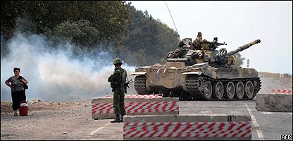 Soldados rusos en la vía entre Gori y Tiflis