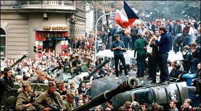 Ciudadanos checos rodean a tanques soviéticos en las calles de Praga el 21 de agosto  de 1968.