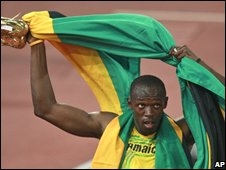 Jamaica's Usain Bolt celebrates winning the 200m sprint in Beijing, China (20/08/2008)