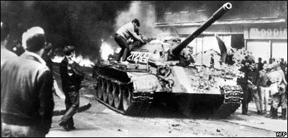 Joven sube a un tanque soviético T-54 cerca de la sede de Radio Praga el 21 de agosto de 1968.