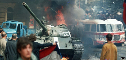 Residentes de Praga se enfrentan a un tanque soviético el 21 de agosto de 1968.