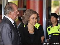 Rey Juan Carlos y Reina Sofía visitan a familiares de víctimas.