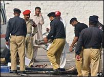 Funcionarios paquistaníes retiran un cuerpo del lugar del atentado