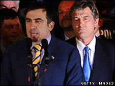 Georgian President Mikhail Saakashvili is flanked (right) by Ukrainian President Viktor Yushchenko in Tbilisi on 12 August