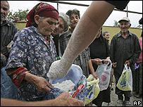 Residentes de Nadarbazevi, cerca de Gori en Georgia, reciben ayuda humanitaria,  21 de agosto 2008