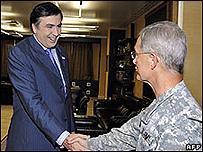 Mijail Saakashvili (izq.) saluda al general estadounidense John Craddock en Tiflis, 21 de agosto 2008