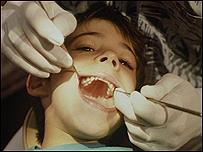 Dentista atendiendo a un niño