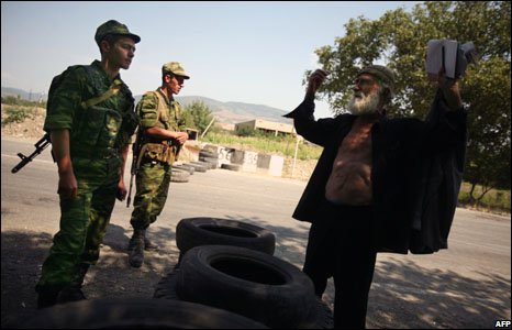 A Georgian man talk to Russian soldiers near Igoeti, on the road from Tbilisi to Gori, Georgia, 22 August, 2008.