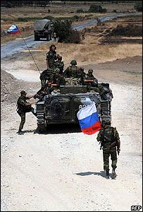 Soldados rusos se retiran de Gori, en Georgia.